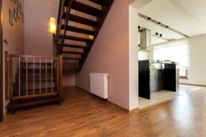 Treppenschutzgitter unten an Treppenseite installiert