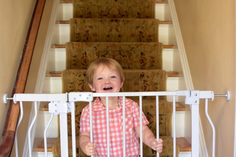 Einklemmbares Treppenschutzgitter hält Kleinkind auf