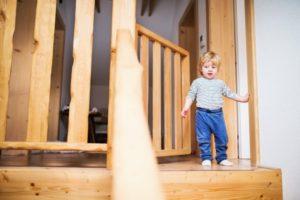 treppenschutzgitter-nicht-geschlossen-junge-steht-an-treppe