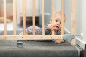 Treppenschutzgitter schützt Baby vor Treppensturz